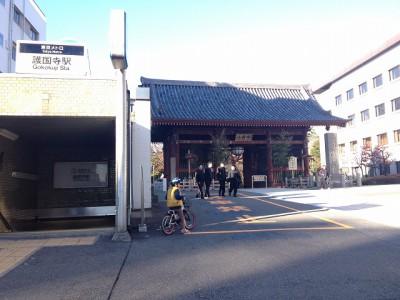 東京メトロ護国寺駅の1番出口を出れば、すぐに護国寺の正面、仁王門。