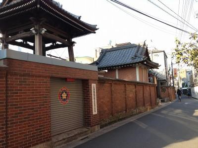 境内をぐるりととりまく、赤煉瓦の塀。
