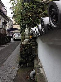 観音さまの像が据えられた長崎市寺町の一角。