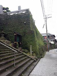 長崎市寺町で寺院がずらりと並ぶ通りはその名もずばり「寺町通り」。