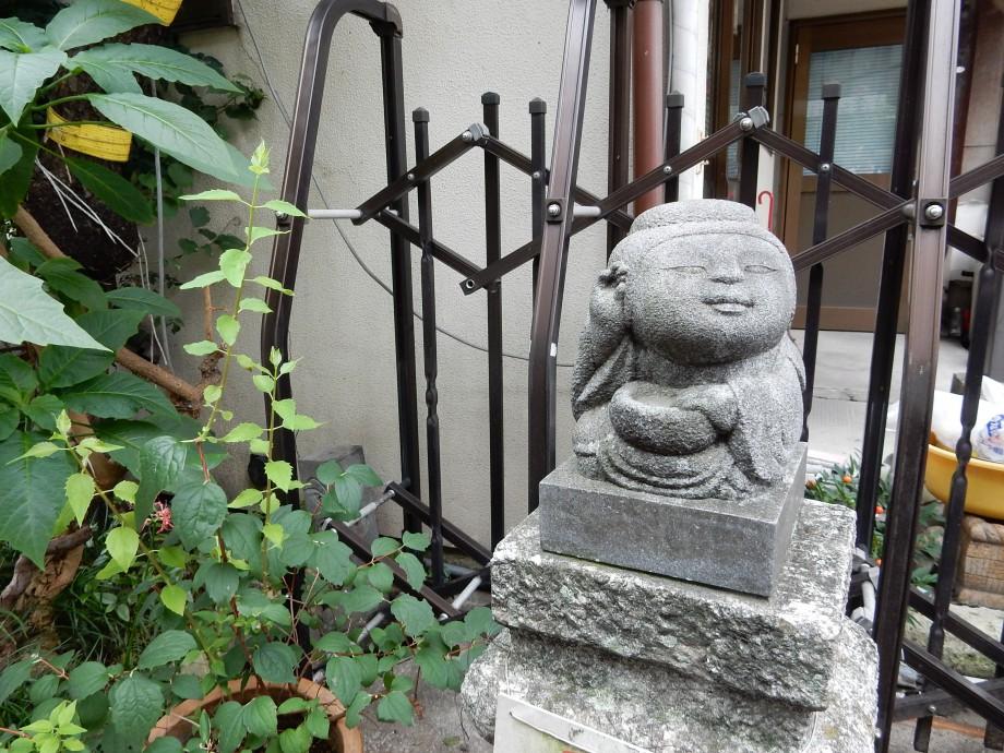 路傍で傾聴する石像