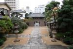 中国風の禅寺で鐘を撞く