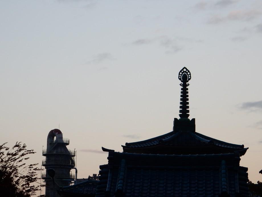 雨上がり、夕暮れのお寺へ