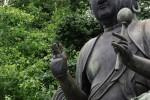 浅草の濡れ仏さんは爪が長い。